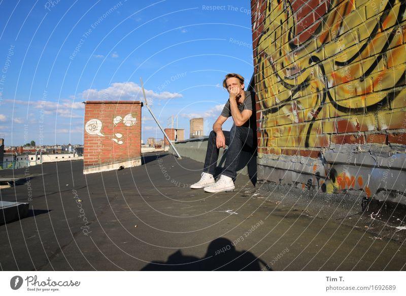Ruhe in der Stadt Mensch maskulin Mann Erwachsene 1 45-60 Jahre Berlin Hauptstadt Stadtzentrum Altstadt Haus Dach Schornstein Graffiti Himmel Wolken Farbfoto