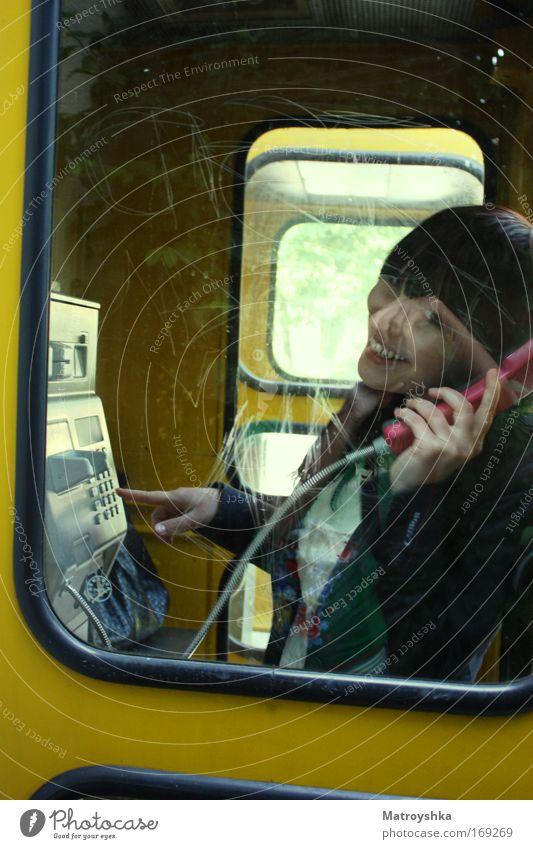 2 mal läuten lassen Mensch Freude sprechen feminin Glück Telefon Lifestyle Fröhlichkeit Kommunizieren Telekommunikation hören brünett positiv Lächeln
