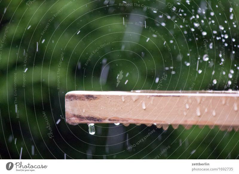 Regen Bewässerung Garten gießen Hintergrundbild Schrebergarten Klima Menschenleer Rasensprenger Regenwasser stark Textfreiraum Wasser Wassertropfen Wetter Tisch