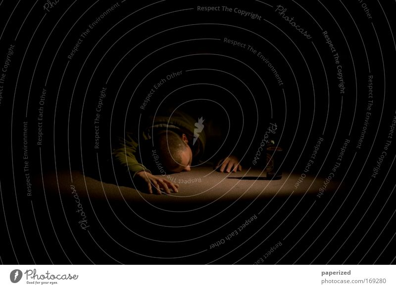 Die Arbeit der Nacht III Mensch Jugendliche Mann grün Hand Junger Mann 18-30 Jahre schwarz Erwachsene Traurigkeit Haare & Frisuren Kopf braun Stimmung maskulin
