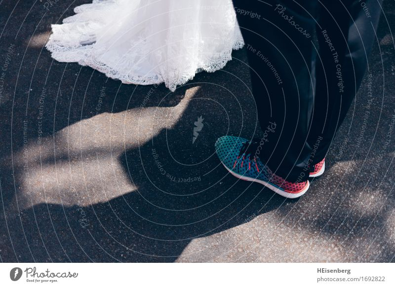 Hippe Hochzeit Glück Flirten Mensch maskulin feminin Frau Erwachsene Mann Paar Partner Beine Fuß 2 18-30 Jahre Jugendliche Kleid Anzug Turnschuh Feste & Feiern