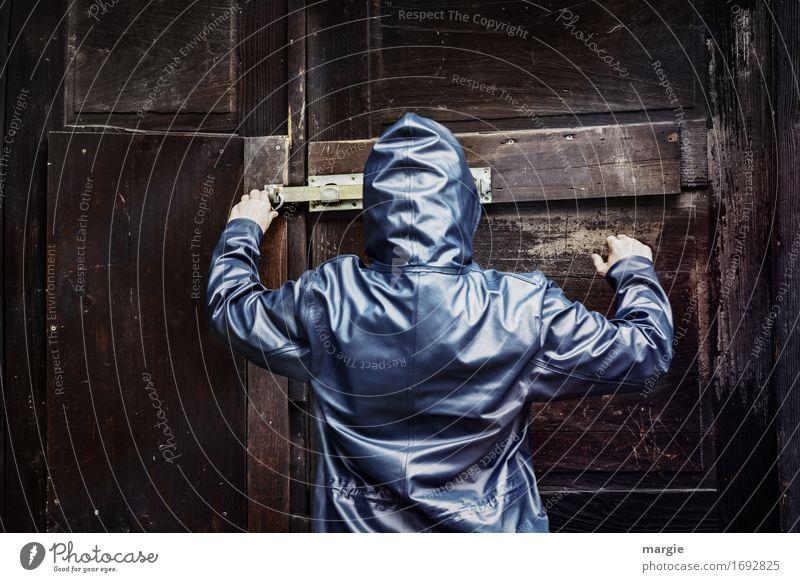 AST 9   In geheimer Mission Mensch Frau Mann alt blau Erwachsene Wand feminin Holz braun maskulin Tür geheimnisvoll Bauwerk Hütte verfallen