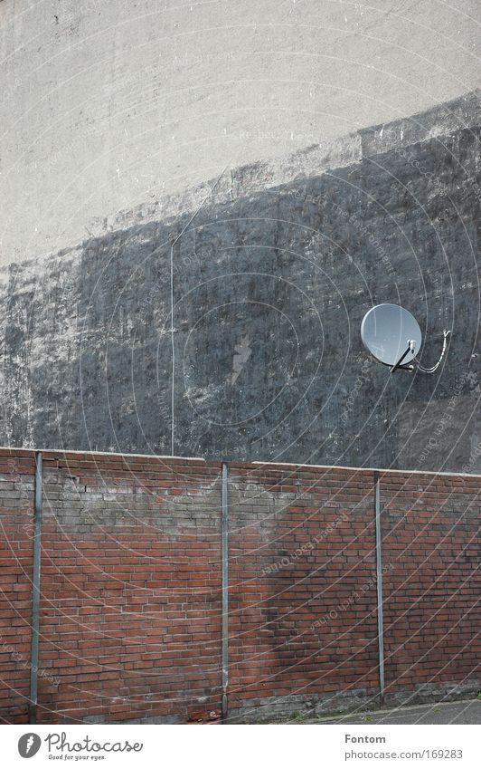 Satelitenempfang alt Stadt Haus Wand Mauer Gebäude Architektur Fassade Industrie Netzwerk Fernseher Fabrik Fernsehen Baustelle Zeichen