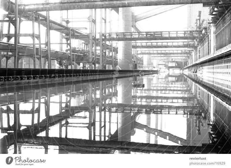 oben-kokerei-unten schwarz weiß Industrie Schwarzweißfoto Industrieanlage industriell Wasserspiegelung Zentralperspektive Industriefotografie Industriebau