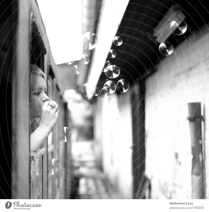 out&about Mensch Jugendliche Sommer Freude Erwachsene Gesicht Haus Ferne feminin Leben Freiheit Kopf blond Ausflug Eisenbahn Lifestyle