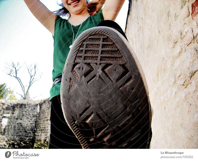 Tritt drauf! Mensch Himmel Jugendliche grün Sommer schwarz Erwachsene feminin Freiheit Fuß Deutschland Schuhe blond Freizeit & Hobby frei