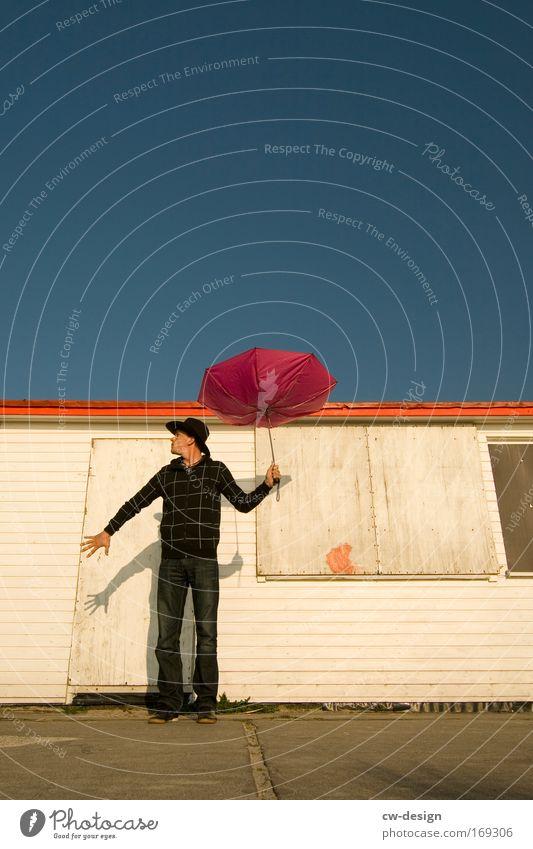 Schattenparker Farbfoto mehrfarbig Außenaufnahme Textfreiraum rechts Textfreiraum oben Sonnenlicht Froschperspektive Ganzkörperaufnahme Wegsehen Mensch maskulin