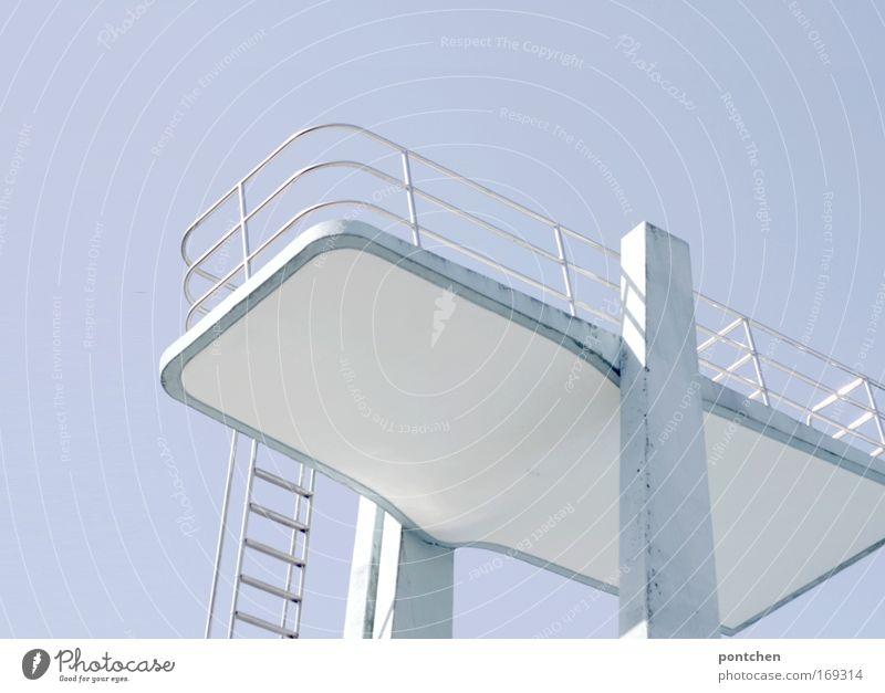 Ein hellblauer Sprungturm im Freibad vor hellblauem Himmel. Sommer. Sonnenlicht Ferien & Urlaub & Reisen Tourismus Sport Wassersport Sportstätten Schwimmbad
