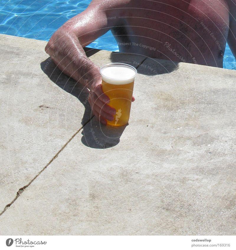 trainings larger Mensch Ferien & Urlaub & Reisen Hand Erwachsene Arme maskulin Schwimmbad trinken Wellness Bier genießen Brust Sommerurlaub Durst