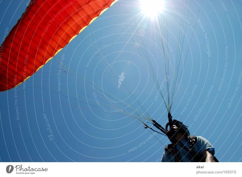 Startbereit - jetzt gehts los! Farbfoto Außenaufnahme Tag Sonnenstrahlen Froschperspektive Weitwinkel Oberkörper Blick nach oben Freude Abenteuer Sommerurlaub