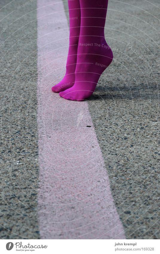 abflug Mensch schön feminin Beine springen Fuß Linie außergewöhnlich rosa verrückt Romantik Verliebtheit Wahrzeichen Flughafen exotisch Sehenswürdigkeit