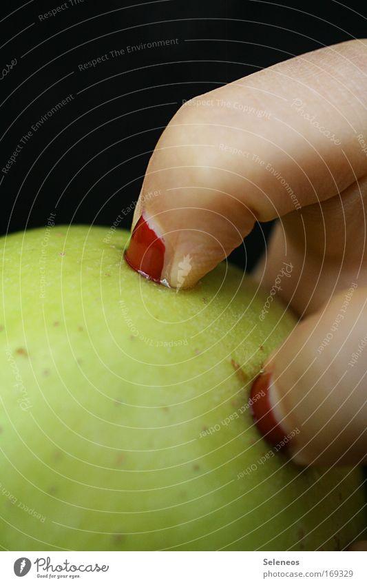 Schneewittchens letzter Kampf Mensch Hand feminin Traurigkeit Gesundheit Frucht Haut Lebensmittel Ernährung gefährlich Finger süß bedrohlich Apfel Wachsamkeit