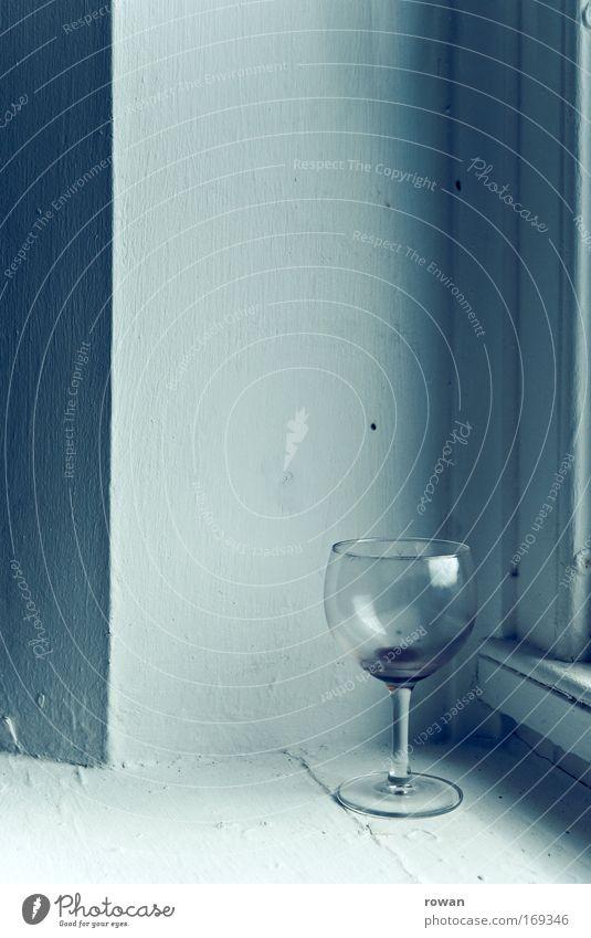 leer Farbfoto Gedeckte Farben Innenaufnahme Textfreiraum Mitte Hintergrund neutral Wein Glas Weinglas dehydrieren ruhig Reinlichkeit Sauberkeit Traurigkeit