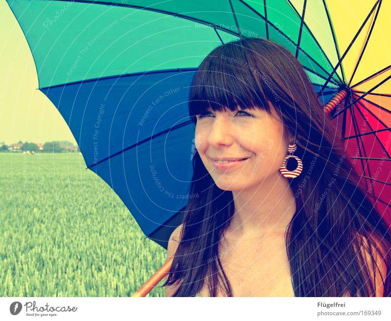 Unter'm Regenbogen Mensch Jugendliche schön Erwachsene feminin Glück 18-30 Jahre träumen Feld Zufriedenheit Lächeln frei Lebensfreude Regenschirm brünett langhaarig