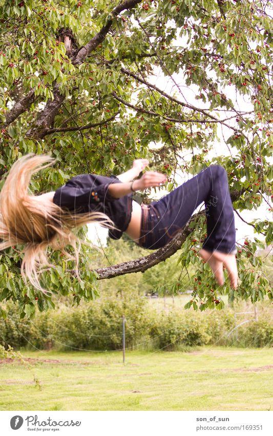 Jumping Girl Sommer Freude Freiheit springen Stil Mode blond Lifestyle Jeanshose Fitness geschlossene Augen Hose Bewegungsunschärfe