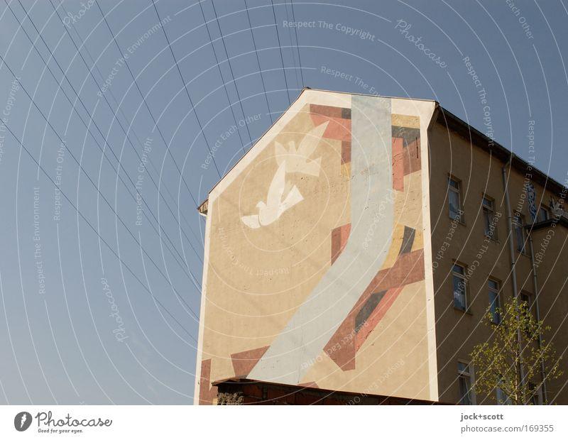 Frieden für 2 auf einer Brandwand gestalten Wolkenloser Himmel Stadthaus Brandmauer Zeichen fliegen retro braun Stimmung Ehre friedlich Hoffnung ästhetisch