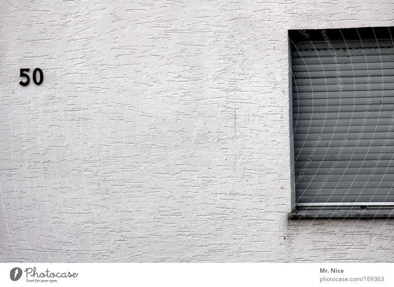 ende Außenaufnahme Wohnung Haus Kleinstadt Einfamilienhaus Traumhaus Hütte Gebäude Architektur Mauer Wand Fassade Fenster Ziffern & Zahlen grau Traurigkeit