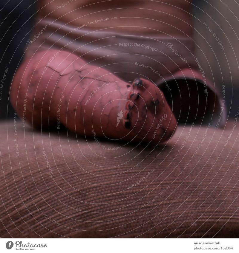 """Broken Farbfoto Gedeckte Farben Innenaufnahme Nahaufnahme Detailaufnahme Tag Blitzlichtaufnahme Schwache Tiefenschärfe Beine Fuß """"atelier puppe halb kaputt alt"""