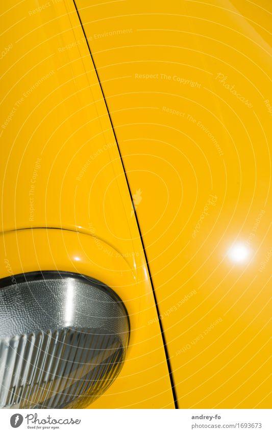 Autohaube Motorsport PKW Oldtimer Farbe Autoscheinwerfer gelb Linie Blech Glas Farbfoto Außenaufnahme Menschenleer Textfreiraum rechts Textfreiraum oben Tag