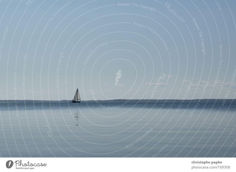 Einsamer Segler Meer blau Sommer Ferien & Urlaub & Reisen Ferne Erholung Bewegung Freiheit Zufriedenheit Wind Erfolg frei Ausflug einzigartig Segeln