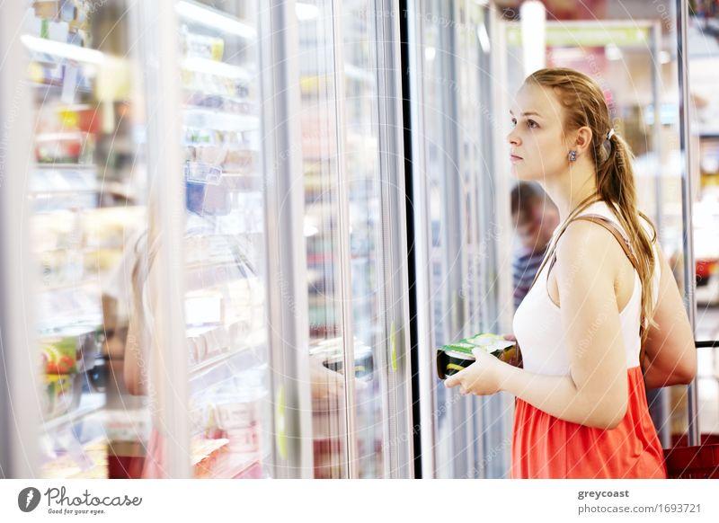 Junge Frau im Supermarkt Lifestyle kaufen Jugendliche Erwachsene 1 Mensch 18-30 Jahre blond langhaarig wählen Lächeln Farbe Produkt Molkerei Lager Ladenfront