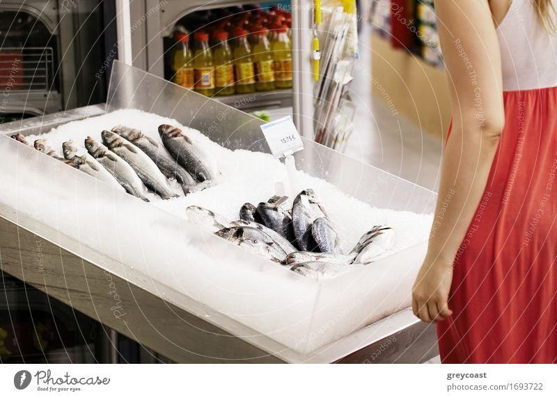 Fraueneinkaufen für Fische in einem Supermarkt Lifestyle Glück Mensch Junge Frau Jugendliche Erwachsene 1 18-30 Jahre Accessoire blond langhaarig wählen tragen