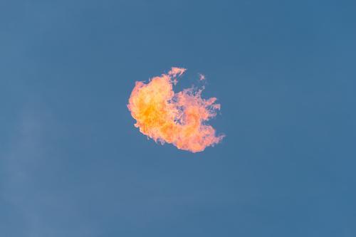 Feuer im Himmel Luft Wolkenloser Himmel Nachthimmel bedrohlich heiß Wärme blau orange rot Leidenschaft Schweben wild Brandgefahr fliegen brennen Hitzeschock