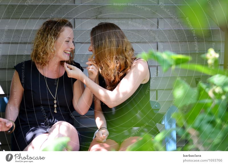 Nächstenliebe | Kontakt pflegen feminin Frau Erwachsene 2 Mensch Sommer Pflanze Sträucher Mauer Wand Fassade Garten Locken Gartenbank berühren genießen lachen