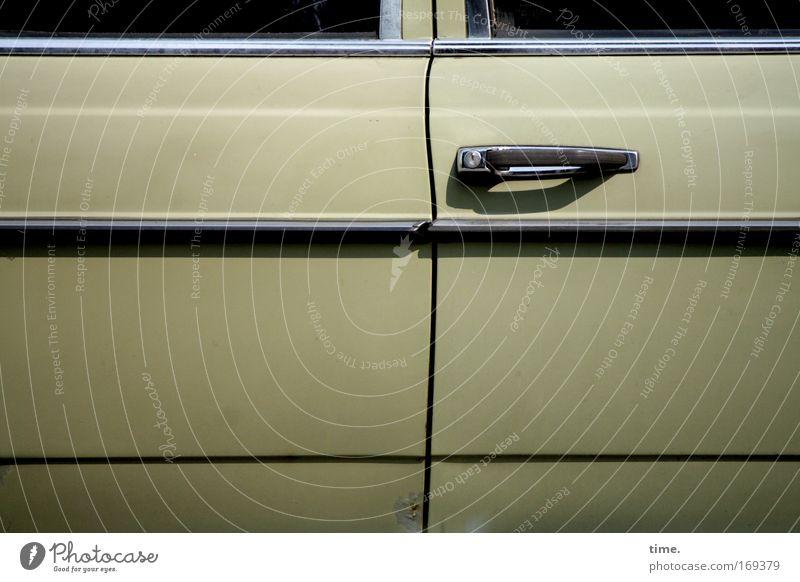 Dosenöffner PKW Autotür Tür Griff Türöffner geschlossen fahren mitfahren Gefährt KFZ beige Fenster parallel Chrom Schatten wuchtig Macht