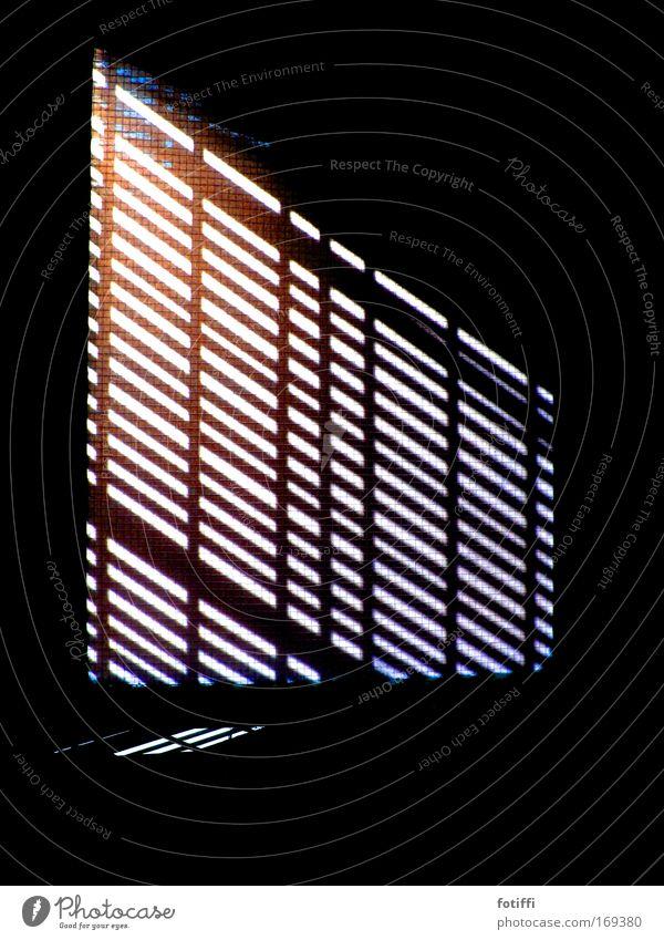 schattenstreifen weiß blau rot schwarz Einsamkeit dunkel Fenster träumen Traurigkeit elegant Hoffnung ästhetisch Fabrik einfach Streifen Spitze
