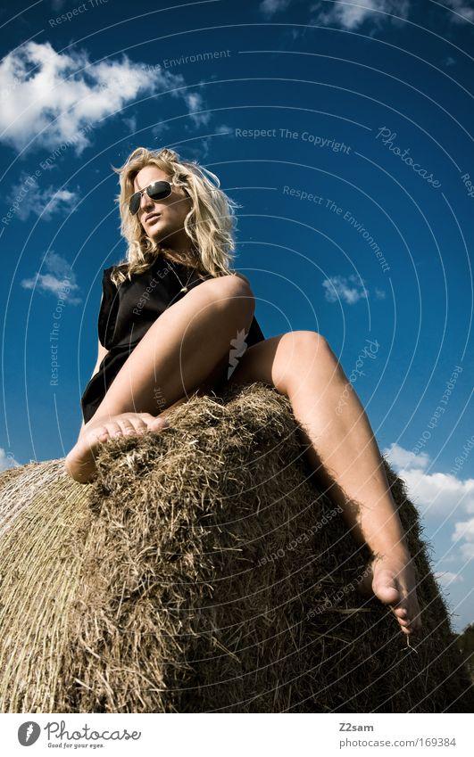 lena in heaven Mensch Himmel Jugendliche schön Sommer Wolken feminin Landschaft Gras Erwachsene Stil blond sitzen elegant frei ästhetisch
