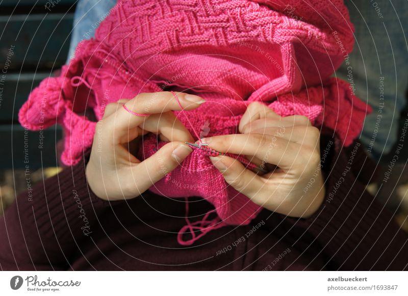 Mensch Frau Jugendliche Junge Frau Hand Erholung Erwachsene feminin Lifestyle rosa Freizeit & Hobby Perspektive Bekleidung Finger Basteln Pullover