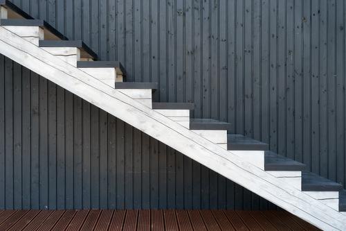 Weißes hölzernes Treppenhaus auf dem Hintergrund von farbigen Linien alt schön weiß Haus Architektur Stil Gebäude Holz braun Design Dekoration & Verzierung