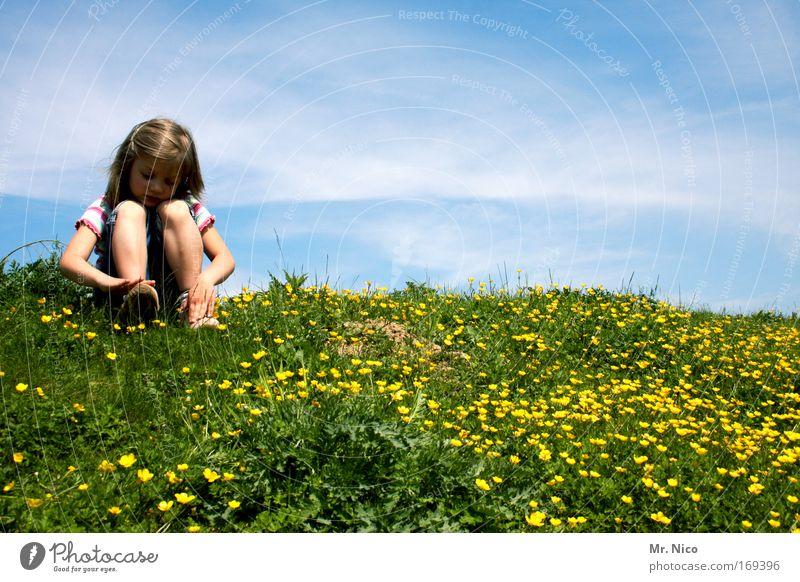 Ruanda Natur blau grün Mädchen ruhig Erholung gelb Landschaft Wiese Wege & Pfade Beine Kind träumen Zeit Zufriedenheit Freizeit & Hobby