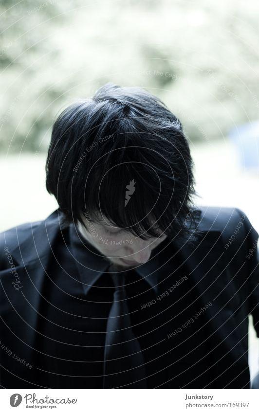 Evil Doctor Lordan Jugendliche Mann dunkel schwarz Traurigkeit Tod Denken nachdenklich Jacke Anzug Gedanke schwarzhaarig Abschied Krawatte Schüchternheit