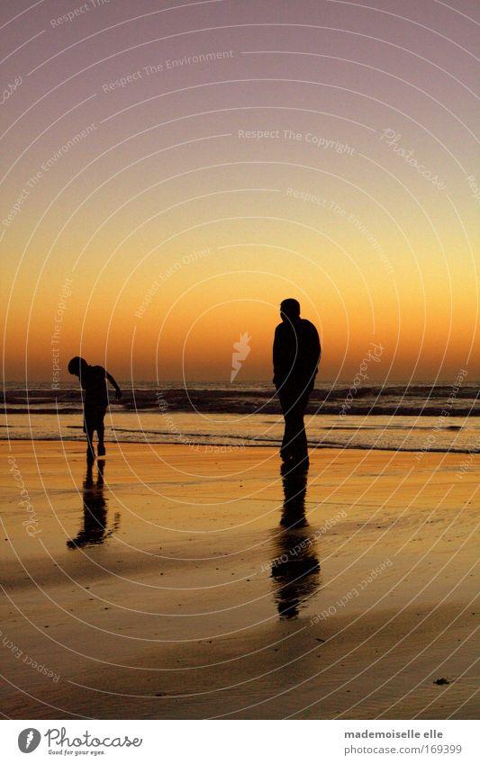 father & son Farbfoto Außenaufnahme Textfreiraum oben Textfreiraum unten Abend Dämmerung Licht Schatten Silhouette Gegenlicht Glück Ferien & Urlaub & Reisen