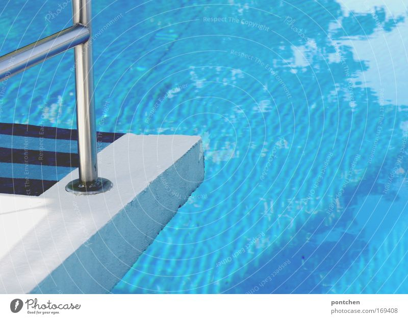 Kleiner Sprung Wasser blau Sommer Ferien & Urlaub & Reisen Sport springen nass Beton Tourismus Schwimmbad Freizeit & Hobby Streifen Mut Geländer Erfrischung