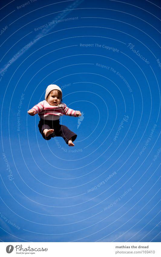 ENGELCHEN FLIEG Farbfoto Hintergrund neutral Tag Schatten Kontrast Sonnenlicht Froschperspektive Ganzkörperaufnahme Blick nach vorn Spielen Baby Kindheit 1