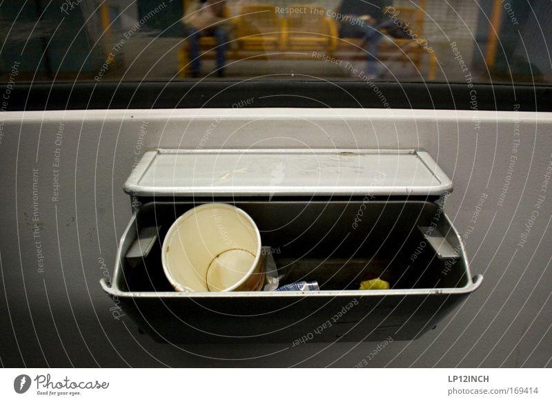 S3 Underground Mensch Stadt Umwelt gelb Gefühle Beine grau Angst dreckig Ernährung authentisch warten lecker trashig Bahnhof Kunststoffverpackung