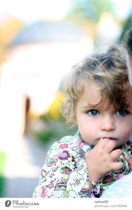 kleine Denkerin Mensch Kind Mädchen Leben Stimmung Hoffnung Kleinkind Überraschung Porträt Weisheit Ehrlichkeit vernünftig 1-3 Jahre