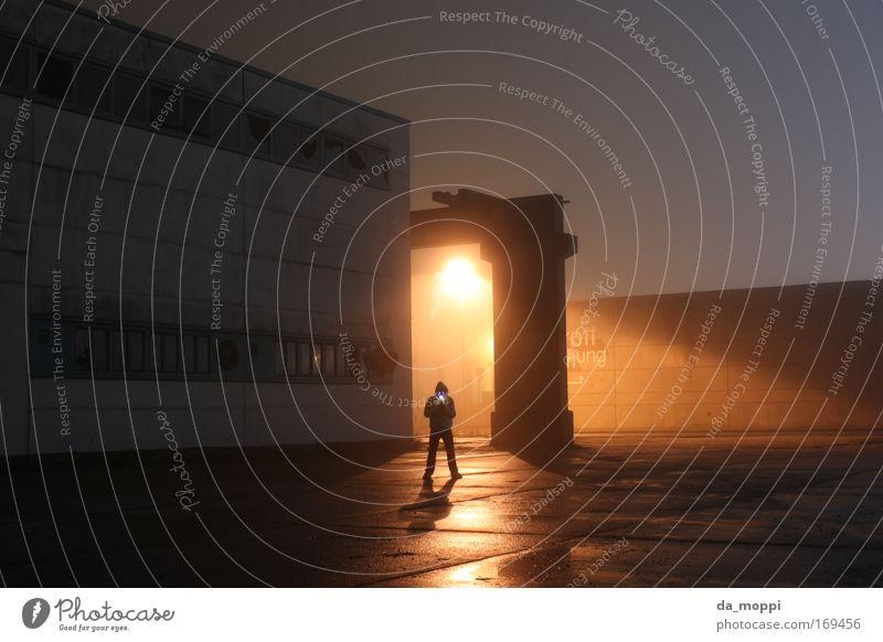 Beam me up Außenaufnahme Nacht Licht Schatten Kontrast Lichterscheinung Langzeitbelichtung Mann Erwachsene 1 Mensch Industrieanlage Fabrik Gebäude Mauer Wand