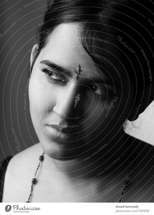 Lilith Schwarzweißfoto Studioaufnahme Textfreiraum unten Hintergrund neutral Blitzlichtaufnahme Schatten Kontrast Porträt Blick Blick nach vorn elegant Stil