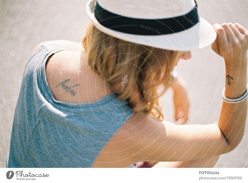 fearless Mensch Frau Jugendliche Junge Frau 18-30 Jahre Erwachsene Lifestyle feminin Kopf Haare & Frisuren Körper blond Kraft Haut T-Shirt Tattoo