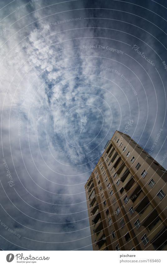 hoch hinhaus, das hochhaus Himmel blau Stadt Sommer Wolken Ferne außergewöhnlich ästhetisch Hochhaus bedrohlich Balkon