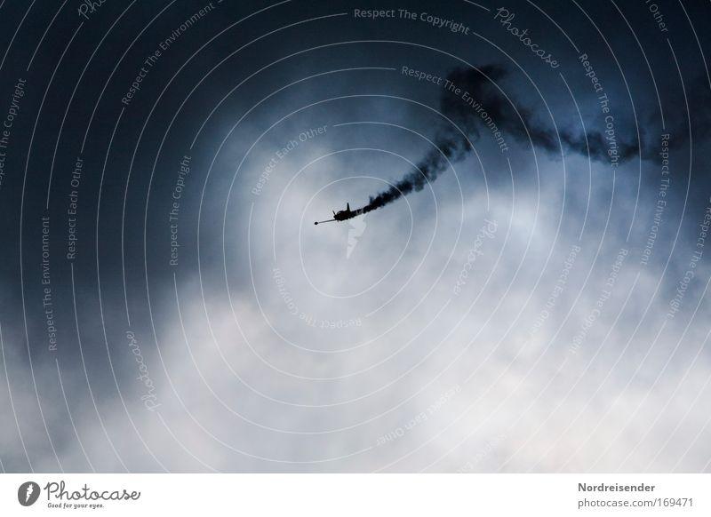 Kunstflug mit Rauch an einem dramatischen Himmel Farbfoto Außenaufnahme Menschenleer Textfreiraum unten Tag Schatten Kontrast Lifestyle elegant Motorsport