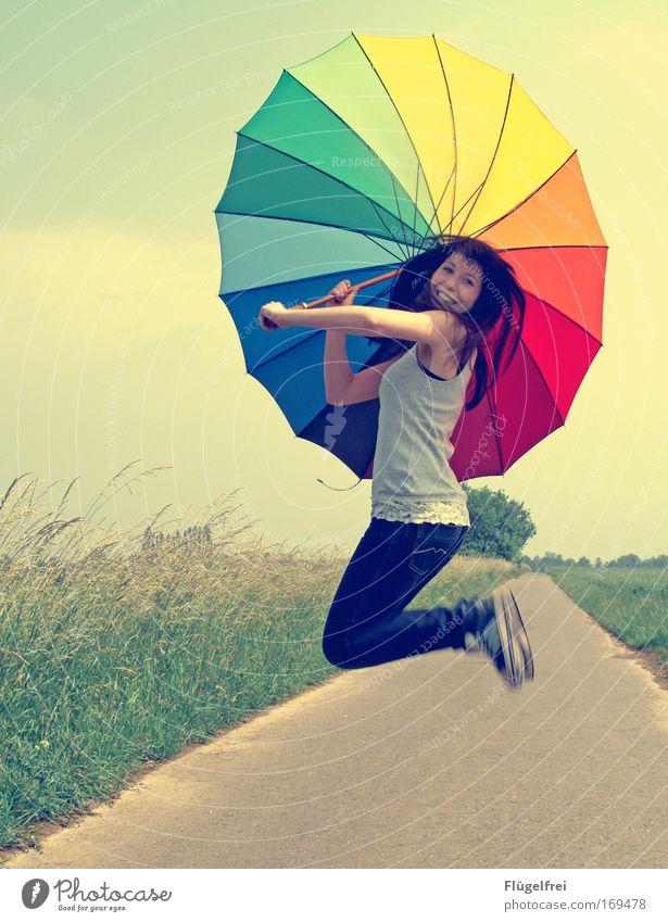 Sprung in den Sommer feminin Junge Frau Jugendliche 1 Mensch 18-30 Jahre Erwachsene Schönes Wetter Feld springen Regenbogenschirm regenbogenfarben Wege & Pfade