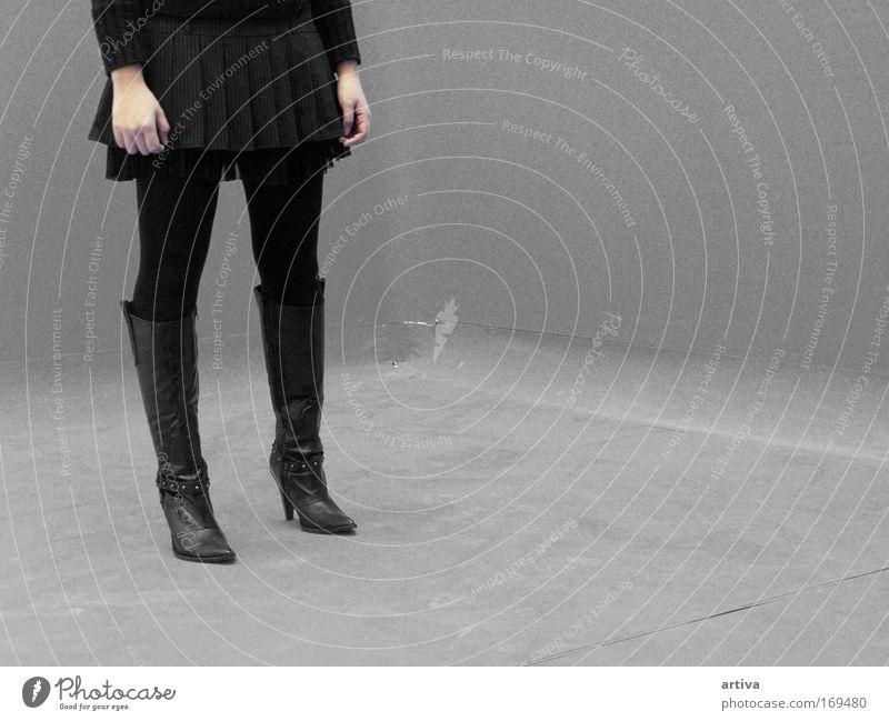 Mensch Jugendliche schwarz Leben feminin Fuß Schuhe Beine Erwachsene Frau Stiefel silber Punk Kultur Junge Frau Jugendkultur