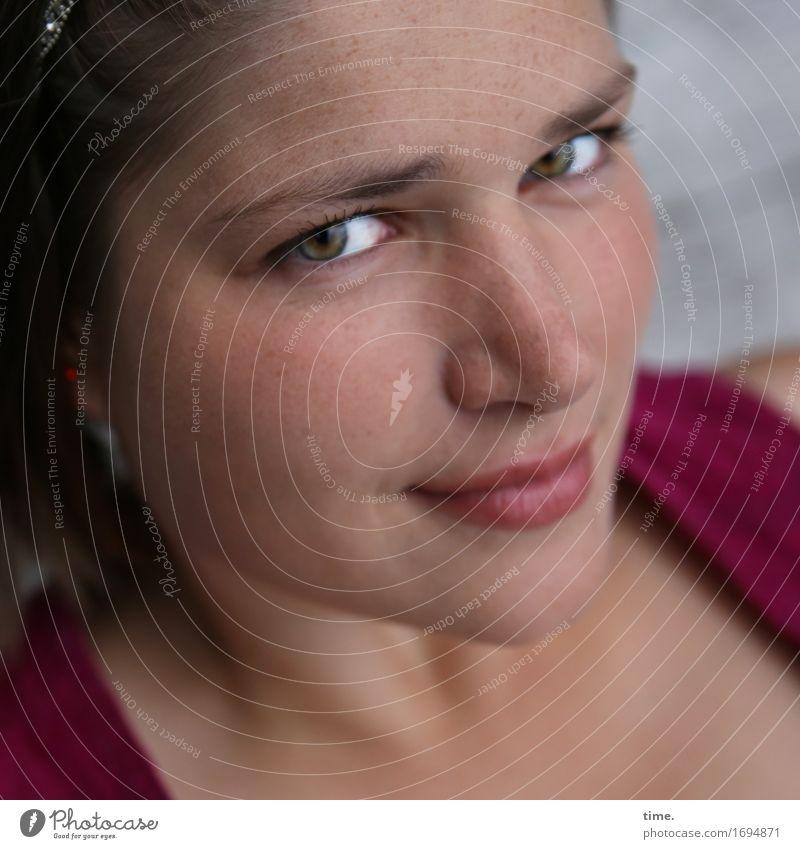 Maria feminin 1 Mensch Jacke Haare & Frisuren brünett langhaarig beobachten Denken Lächeln Blick warten schön Zufriedenheit selbstbewußt Vertrauen Geborgenheit