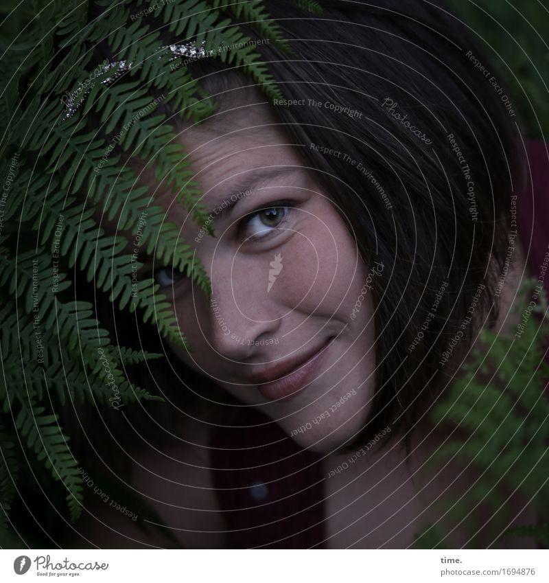 Maria feminin 1 Mensch Pflanze Farn Wald Schmuck Haarreif brünett langhaarig beobachten entdecken Lächeln Blick warten schön Glück Lebensfreude selbstbewußt