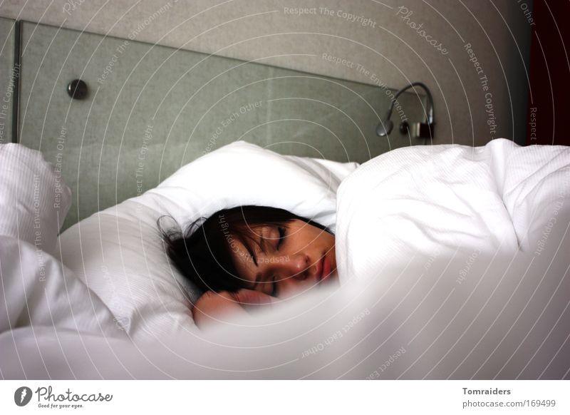 Der schlafende Engel feminin 1 Mensch 18-30 Jahre Jugendliche Erwachsene Schlafzimmer schwarzhaarig Bettwäsche Denken Erholung liegen träumen schön kuschlig